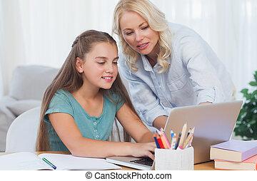 ajudando, filha, dever casa, dela, mãe
