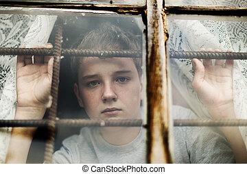 el, niño, Miradas, afuera, ventana, por, enrejado