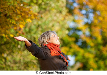 feliz, 3º edad, mujer, el gozar, naturaleza, en, parque