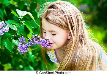bonito, loura, pequeno, menina, longo, cabelo, cheirando,...