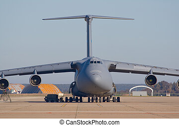Transporting airplane - Avioacute;n de transporte - Military...
