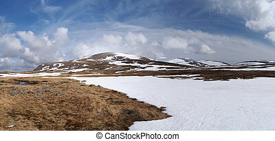 Cairngorms plateau south of Breariach, Scotland in spring -...