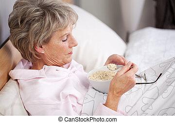 3º edad, mujer, teniendo, cereales, en, Cama