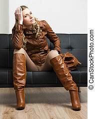 Llevando, marrón, mujer, Sentado,  sofá, botas, chaqueta