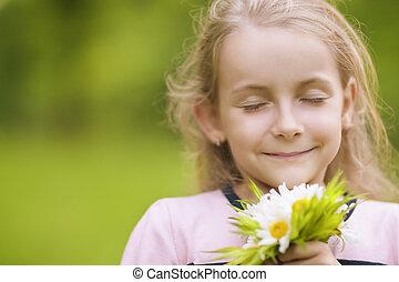 encantador, poco, niña, respiración, flores