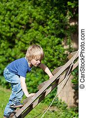 Menino, escalando, escada, em, pátio recreio