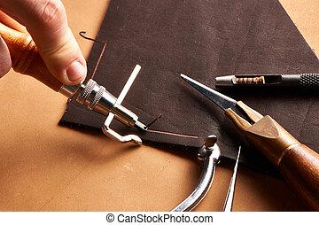 cuero, El hacer a mano, herramientas