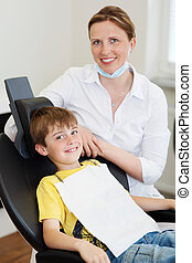 Smiling boy and dentist - Smiling boy sitting in a dentists...