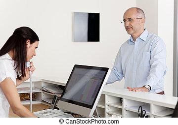 paciente, olhar, em, recepcionista, usando, telefone, e,...