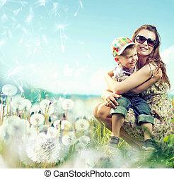 bastante, mamá, huging, ella, pequeño,...