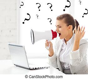 estricto, mujer de negocios, megáfono, gritos