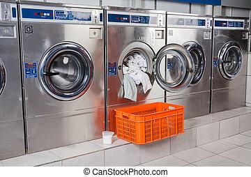 lavado, máquina, sobrecargado, con, ropa