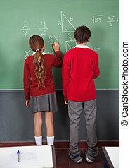 adolescente, alumnos, escritura, en, tabla