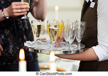Garçom, suco, servindo, champanhe, laranja