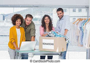 voluntários, usando, laptop, Levando, roupas,...