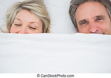 pareja, despertar, Arriba, debajo, cubiertas