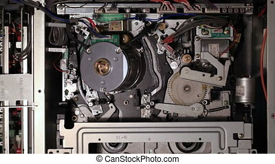 Internal mechanisms of the pro VCR Inserting the tape