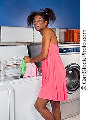 mulher, pôr, roupas, em, lavando, máquina