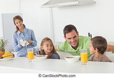 seu, pai, crianças, pequeno almoço, tendo, falando