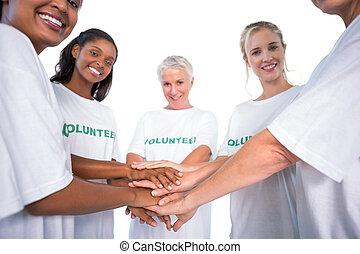 grupo, hembra, voluntarios, Manos, juntos, sonriente,...