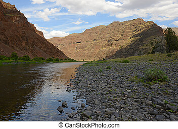 John Day River in oregon with mountains - John Day River in...