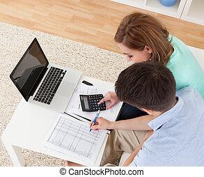joven, pareja, calculador, presupuesto