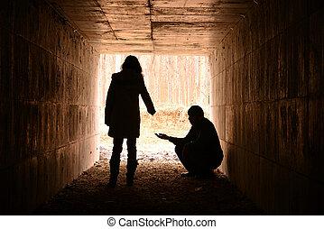 esperando, túnel, mendigo, jovem, senhora, ajudado