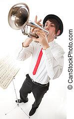 Retrato, jovem, homem, tocando, seu, trompete