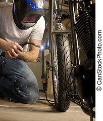 Soldador, motocicleta, trabalhando