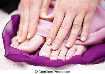 mujer, francés, manicured, dedo, dedo del pie, clavos