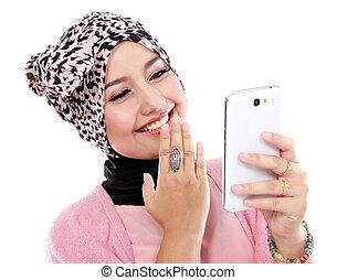 portrait, rire, beau, musulman, femme, texting, elle, s