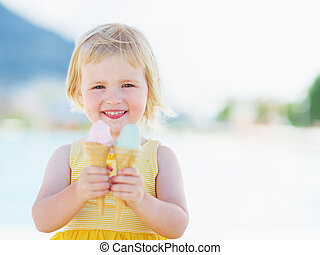 sonriente, bebé, comida, dos, hielo, crema, cuernos