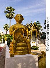 Statue worshipers in Wat Pra That Chomthong vora vihan , Chedi i