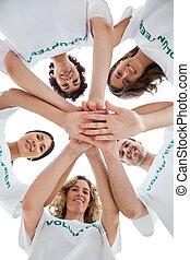 sonriente, grupo, voluntarios, amontonar, Arriba, su, Manos