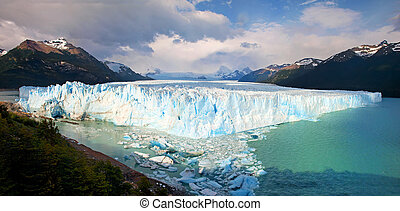 Perito Moreno Glacier panorama in Los Glaciares National...