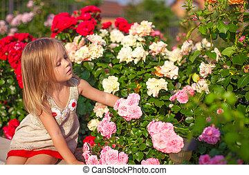 poco, jardín, colorido, Sentado, niña, flores,  adorable