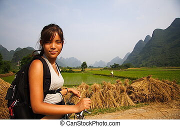 Turist in China - Backpacker biking in Yangshuo,Guangxi,...