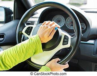 mulher, mão, apertando, car, chifre