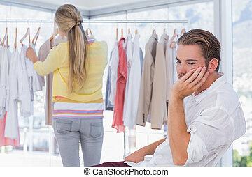 el suyo, compras, mientras, novia, aburrido, hombre