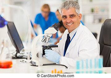 meio, envelhecido, cientista, usando, microscópio