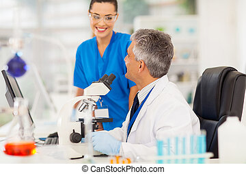 dos, científicos, trabajando, Laboratorio