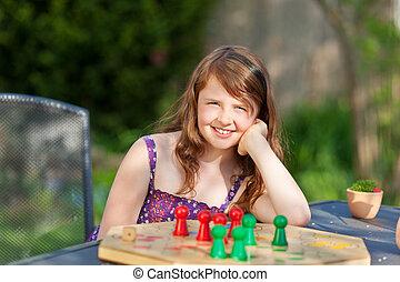 niña, juego, Ludo, en, tabla, en, parque