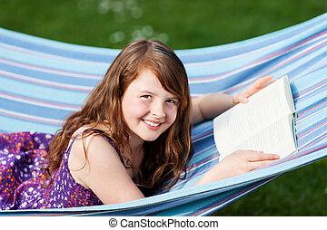 ragazza, amaca, parco, libro, dire bugie