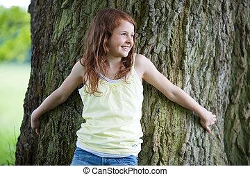 lejos, tronco, árbol, Mirar, mientras, propensión, niña