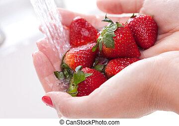 mujer, lavados, fresas