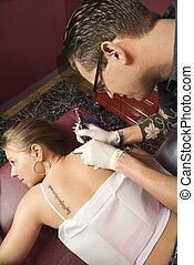 mulher, obtendo, tatuagem