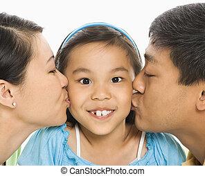 pais, beijando, menina