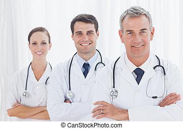 sonriente, medicos, Posar, juntos