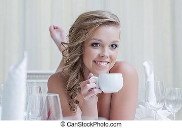 コーヒー, 女, カップ, 若い, ポーズを取る, 美しい