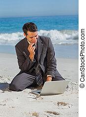 他的, 坐, 膝上型, 年輕, 沙子, 商人